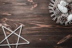 Bruine houten achtergrond met textuur Decoratieve sparappel Ruimte voor Kerstman` s bericht en vakantie Decoratieve ster De kaart Royalty-vrije Stock Fotografie