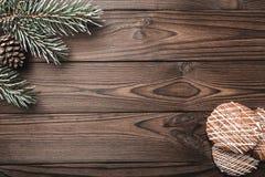 Bruine houten achtergrond Spar, decoratieve kegel Berichtruimte voor Kerstman, Kerstmis en Nieuwjaar Cookies Kerstmis en Gelukkig Royalty-vrije Stock Afbeeldingen