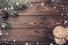 Bruine houten achtergrond Sparren decoratieve kegel Berichtruimte voor Kerstman, Kerstmis en Nieuwjaar Sneeuwvlokken Cookies Kers Stock Foto's