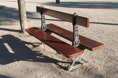 Bruine houten bank met zetels aan beide kanten in het park royalty-vrije stock foto