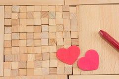 Bruine houten blokken met harten Royalty-vrije Stock Foto