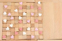 Bruine houten blokken met harten Stock Fotografie