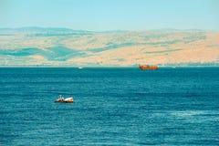 Bruine houten boot die in Overzees van Galilee varen Stock Afbeeldingen