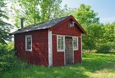 Bruine houten cabine in een bos Stock Foto's