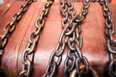 Bruine, houten die kist, een spaarvarken, een borst met ijzer sterke kettingen wordt geketend stock foto