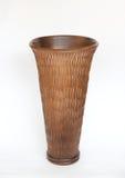 Bruine houten die vaas op witte achtergrond wordt geïsoleerd Stock Foto