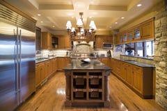 Bruine houten keuken met eiland Royalty-vrije Stock Foto's