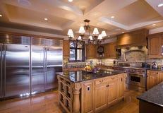Bruine houten keuken met eiland Royalty-vrije Stock Afbeeldingen