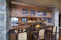 Bruine houten keuken met stoelen Royalty-vrije Stock Fotografie
