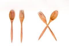 Bruine houten lepels en vork op witte achtergrond Stock Foto