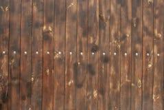 Bruine houten omheining, verticale raad, achtergrond royalty-vrije stock afbeelding