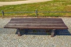 Bruine houten parkbank op grote schaal stock afbeeldingen