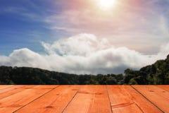 Bruine houten raad over berg royalty-vrije stock afbeeldingen