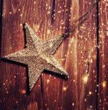 Bruine houten textuur met witte sneeuw en sterren Kerstmisbackgrou Stock Afbeelding