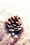Bruine houten textuur met witte sneeuw en sterren Kerstmisbackgrou Stock Afbeeldingen