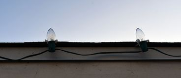 Bruine Kerstmislichten van Charlie op dak stock afbeelding