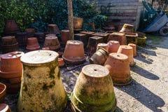 Bruine kleipotten, bovenkant - neer stock foto