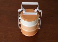 Bruine kleur drie van de voedseldrager toon op de houten lijst Hoogste mening royalty-vrije stock foto