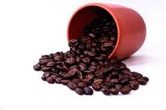 Bruine koffie bruine koffie op witte achtergrond stock afbeeldingen