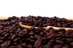 Bruine koffie bruine koffie op witte achtergrond stock fotografie