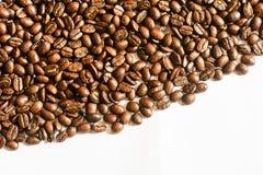 Bruine koffie, bruine koffie op witte achtergrond Koffie stock foto's