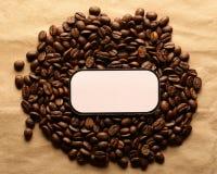 Bruine koffiebonen met etiket royalty-vrije stock afbeeldingen