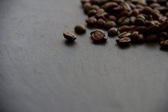 Bruine koffiebonen op een zwarte leiplaat royalty-vrije stock foto