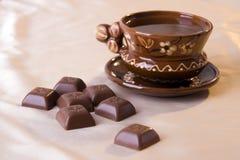 Bruine kop en chocolade Stock Afbeeldingen