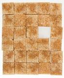 Bruine kubussen van suikerriet en geïsoleerd geraffineerd wit Stock Fotografie