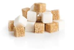 Bruine kubussen van suikerriet en geraffineerd wit Royalty-vrije Stock Afbeeldingen