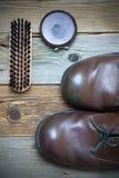 Bruine laarzen, schoenpoetsmiddel en schoenborstel Stock Afbeeldingen