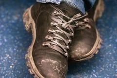 Bruine laarzen voor slecht weer Op kant Horizontale foto stock foto's