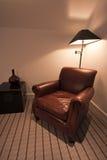 Bruine leerleunstoel in een luxeflat royalty-vrije stock foto's