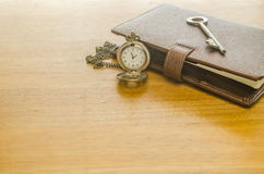 bruine leerorganisator met sleutel en zakhorloge Royalty-vrije Stock Foto