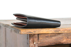 Bruine leerportefeuille op houten lijst, witte achtergrond Stock Foto