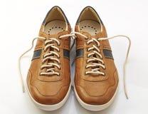 Bruine Leerschoen met witte schoenveters stock foto