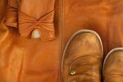 Bruine leerschoenen en handschoenen op achtergrond van zelfde zak Stock Fotografie