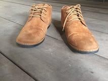 Bruine leerschoenen op de vloer royalty-vrije stock foto