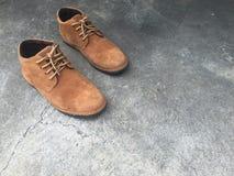 Bruine leerschoenen op de vloer Stock Afbeelding