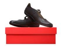 Bruine leerschoenen op een doos Stock Fotografie