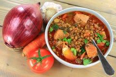 Bruine Linzesoep met Worst en ingrediënten Stock Fotografie