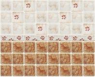Bruine marmeren tegels met bloemendecoratie Royalty-vrije Stock Afbeeldingen