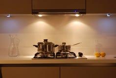Bruine modern polijst keuken - detailleer het koken gebied stock afbeelding