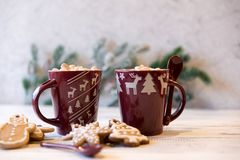 Bruine mok met cacao en gemberkoekjes stock afbeelding