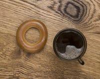 Bruine mok met hete koffie op houten achtergrond Royalty-vrije Stock Foto
