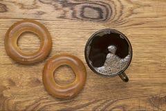 Bruine mok met hete koffie op houten achtergrond Stock Afbeeldingen