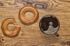 Bruine mok met hete koffie op houten achtergrond Stock Foto