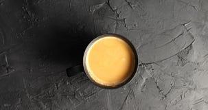 Bruine mok met koffie en melk stock video