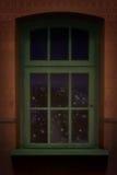 Bruine muur en groene houten vensterachtergrond Stock Foto's