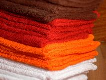 Bruine, oranje, rode en witte kuuroord en hotelhanddoeken Stock Fotografie